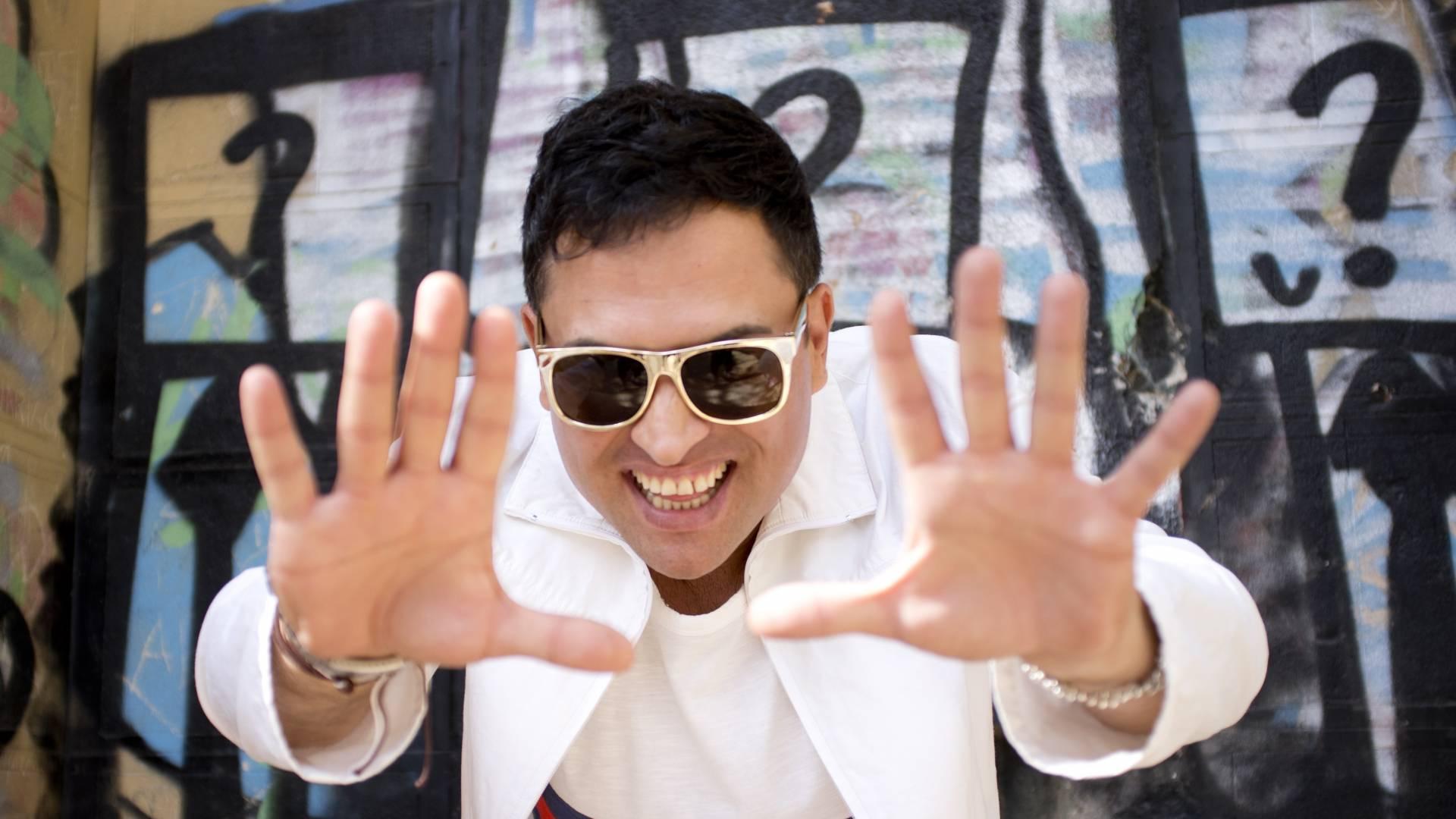 http://mediacdn.karnaval.com/media/artist_media/1601/biography_1920x1080/photo_1601_0.jpg?v=141116115202
