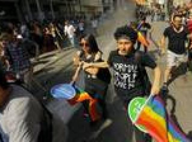 Polisten İstanbul'daki Onur Yürüyüşü'ne müdahale