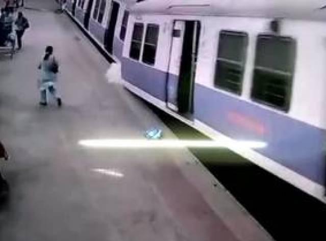 Hindistan'da yolcu treni istasyonda raydan çıktı