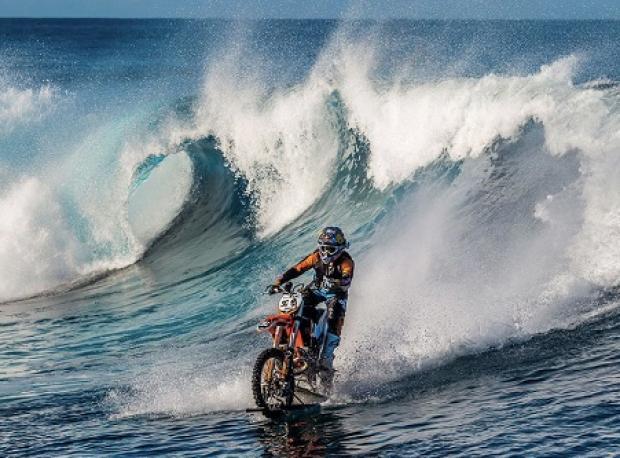 Onun Sörf Tahtası Bir Motosiklet
