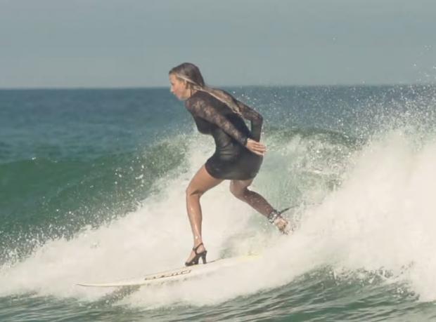 Topuklu Ayakkabıyla Sörf Yaptı