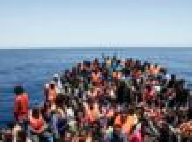 Libya'da yüzlerce göçmeni taşıyan iki tekne battı